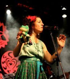 Contratar Mariana Cincunegui (011-4740-4843)  Onnix Entretenimientos