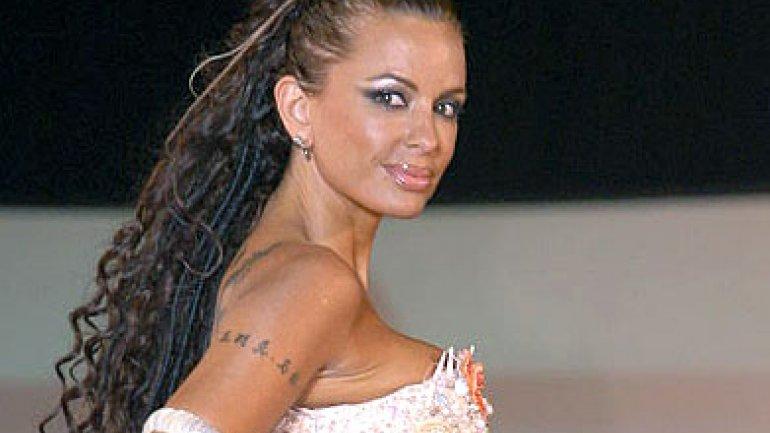 Daniela Cardone: 51 años, muy sexy y morocha otra vez...